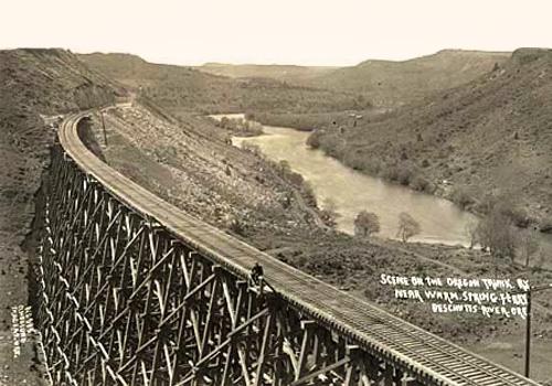 Oregon Trunk Railway running beside the Deschutes River